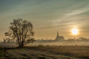 Wschod slońca z kosciolem sw Piotra w tle fotograf Ciechanow z Ciechanowa Przemyslaw Kuzniewski